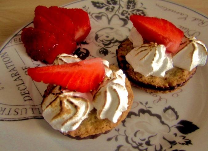 Mainbacken IKEA Kekse mit Erdbeeren und Baiser (1)