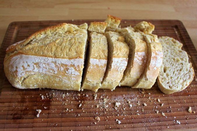 Das Brot ungefähr fingerdick schneiden und toasten