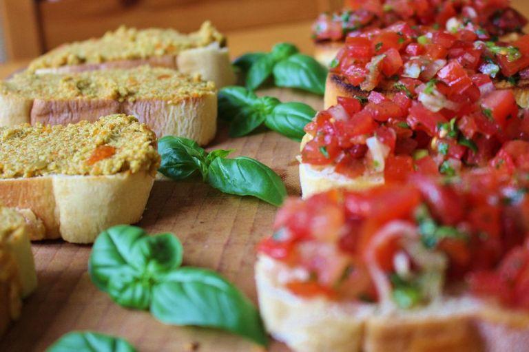 Zweierlei Bruschetta: Mit Oliven und Tomaten. Beides super easy und für Anfänger geeignet.