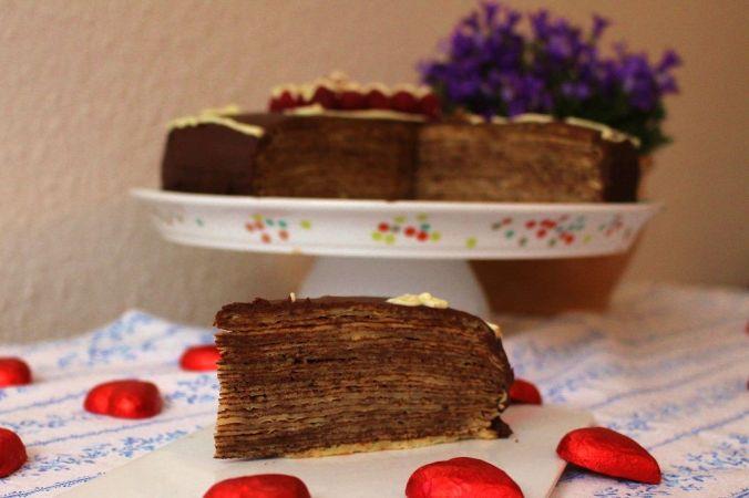 Und hier noch die Crepe-Schoko Torte, die ebenfalls auf dieser schönen Platte steht.