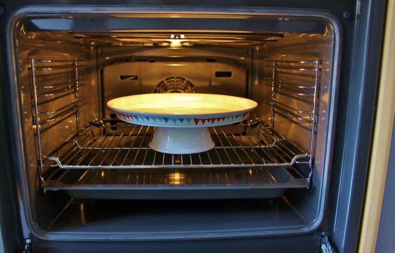 Schritt 6.) Heizt euren Backofen auf 90°C vor und backt die Tortenplatte für 10 Minuten. Lasst sie dann komplett auskühlen und backt sie nochmal für 10 Minuten bei 90°C.