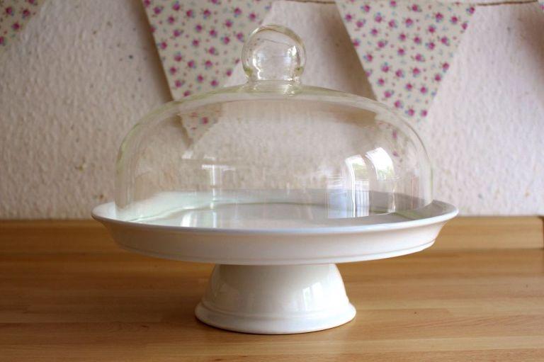 Schritt 1.) Sucht euch etwas, das ihr verschönern möchtet. Es sollte leicht per Hand zu waschen sein und hitzebeständig (z.B. Porzellan!)