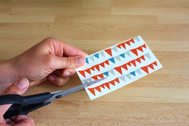 Schritt 2.) Schneidet eure Sticker in der richtien Größe zurecht. Für die Tortenplatte mit Pünktchen brauche ich ein Päckchen Sticker und für die mit den Wimpelchen zwei.