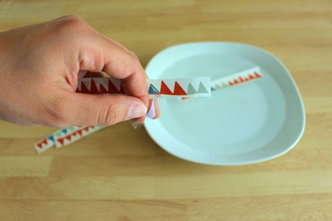 Zieht die Plastikfolie ab und weicht das Papier für 2 Min. in kaltem Wasser ein.