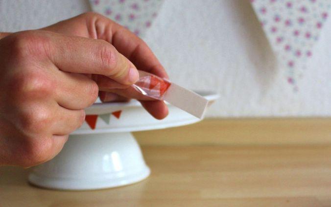 Jetzt lassen sich die Muster vom Papier abziehen und direkt auf das Porzellan kleben.