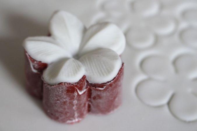 Jetzt mit sehr sehr wenig Wasser die Zuckerperlen aufkleben, bevor die Blüten trocken.