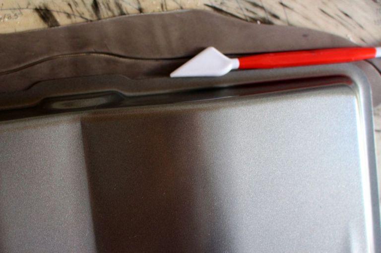 Buchrücken: Wenn ihr noch schwarzen Fondant von den Flügeln übrig habt, könnt ihr diesen in Streifen schneiden und darauf einen Bucheinband machen. Aber das ist kein Muss.