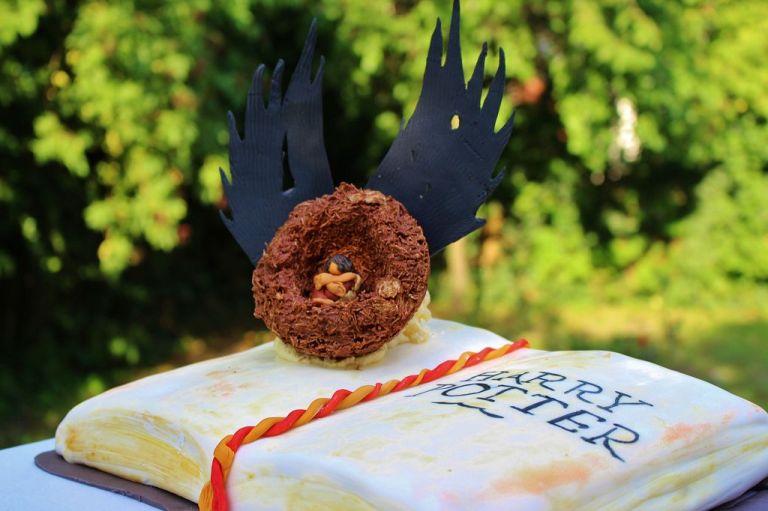 """Und so habt ihr eure wunderschöne """"Harry Potter and the Cursed Child"""" Torte vollendet"""