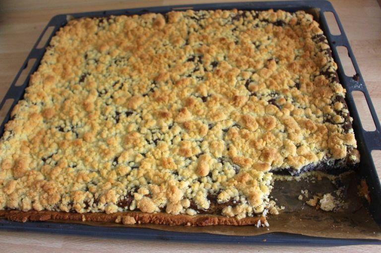 Kaum ist der Kuchen fertig aus dem Ofen, fehlt ein Stück. Mohndemenz...ich sags ja.