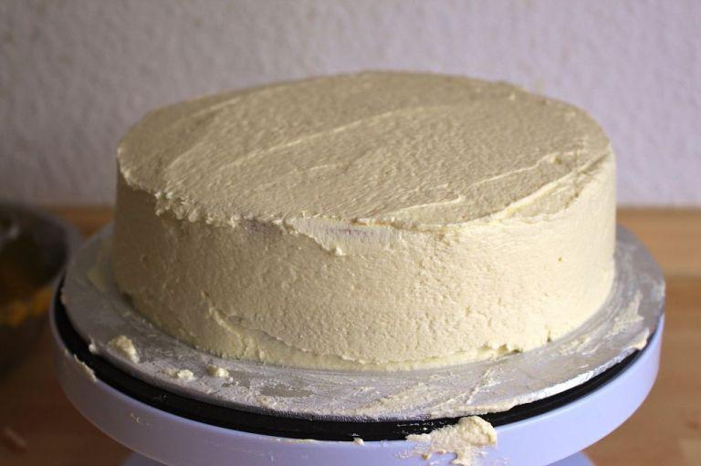 Schritt 7.) Die ganze übrige Creme nun gleichmäßig verteilen. Eine drehbare Tortenplatte hilft auf alle Fälle.