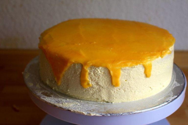 Schritt 7.) Verteilt das puddingartige Lemoncurd oben auf der Torte. Wenn es schon zu fest ist, mischt es mit 2-3 EL kochendem Wasser und rührt um. Vorsichtig am Rand herunterfließen lassen und mit Baisers garnieren.