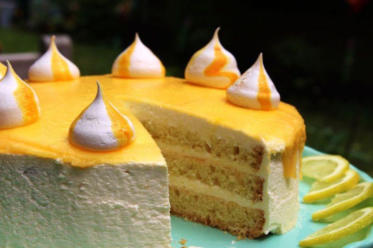 Und da ist sie - die köstliche, fertige, fruchtige Lemoncurd Torte mit Quark