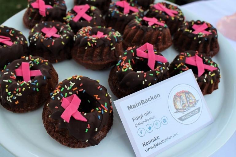 Schoko Gugelhupfs mit Zartbitter Schokolade und selbstgemachten kleinen pinken Schleifen.