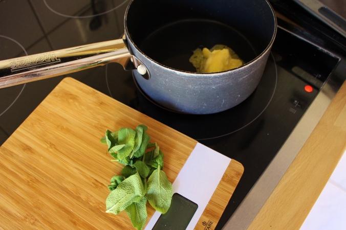 Schritt 6.) Die Salbei-Butter wird mit dem Prürierstab gemischt, damit sie zusammen hält und sich nicht wieder in ihre Bestandteile auflöst.