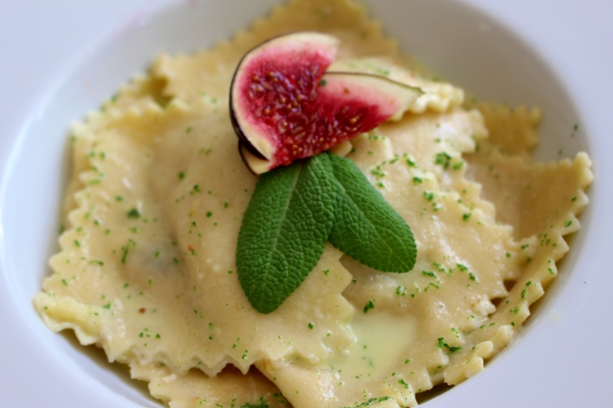 So einfach haben wir Pasta selbst gemacht - jetzt nur noch mit Salbei und Feige dekorieren.