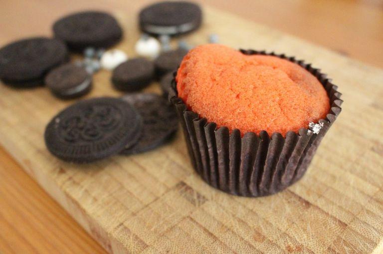 Der Cupcake muss komplett kalt sein, sonst schmilzt euch die Creme runter.