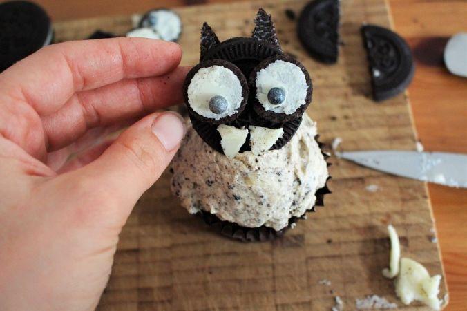 """Bringt die Augen und Zähne auf der schwarzen Seite von """"B"""" an und steckt sie auf den Cupcake."""