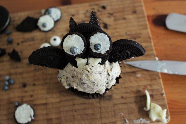 """Jetzt nur noch die beiden Hälften von der Seite """"A"""" links und rechts in den Cupcake stecken und fertig ist die Fledermaus!"""