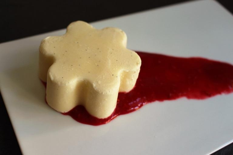 Insbesondere tiefgefrorene Panna Cotta lässt sich wunderbar auf dem Teller platzieren und ist (je nach Größe) in 30-60 Minuten aufgetaut.