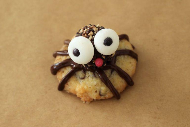 Wer es auf die Spitze treiben will, klebt vorne noch eine rote Zuckerperle auf, und die Spinne streckt uns die Zunge raus.