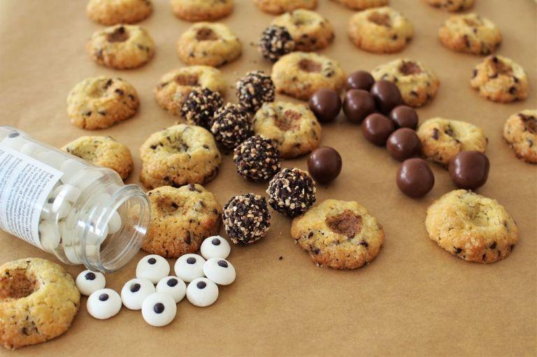 Es kann los gehen: Schokocookies mit Mulden drin, Augen, Schokokugeln, Schokolade!