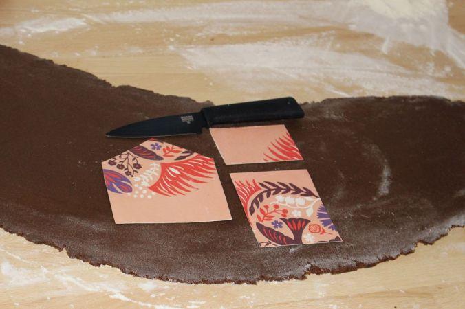 Den Lebkuchen etwa einen halben Zentimeter dick ausrollen. (Die Schablone könnt ihr euch oben runterladen)