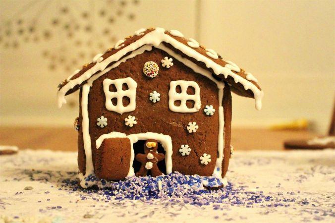 Fertig! Herzlichen Glückwunsch, ihr habt euer eigenes Lebkuchenhaus gebacken