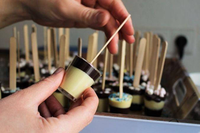Falls das Stäbchen nicht stehen bleiben will (falls die Schokolade noch zu flüssig ist) könnt ihr es übrigens auch sehr schön mit einer Wäscheklammer fixieren, die ihr dann auf den Rand legt.