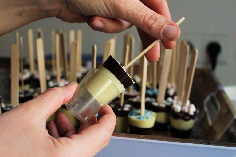 Die Schokolade löst sich mit ein wenig Kraft sehr gut. Sonst schließt das Glas kurz in die Faust - die Wärme macht es euch leichter. Bei mir haben es 9 von 10 Gläser auch überlebt und konnten nach kurzem Pollieren wieder verwendet werden. Vonwegen Einweg! :-)