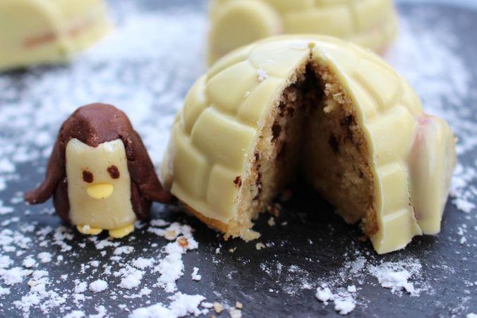 Der Pinguin hat schon genascht - ein leckeres Küchlein mit perfekter, dicker Schokoglasur ;-)