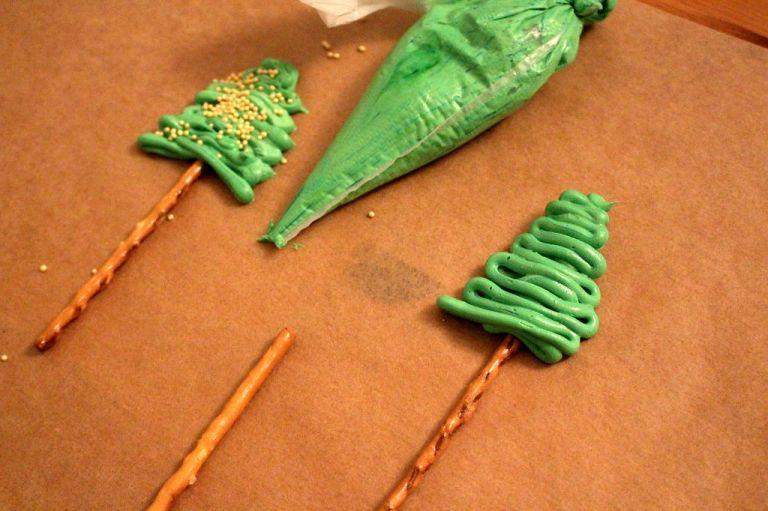 Geniale Idee: Mit Salzstangen und Zuckerguss Tannenbäume machen finde ich eine super Idee und es war wirklich nicht schwer.