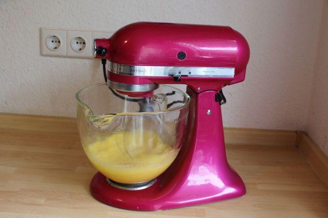 Tipp: Ein Biskuit wird erst richtig luftig, wenn ihr Eier und Zucker schön aufschlagt.
