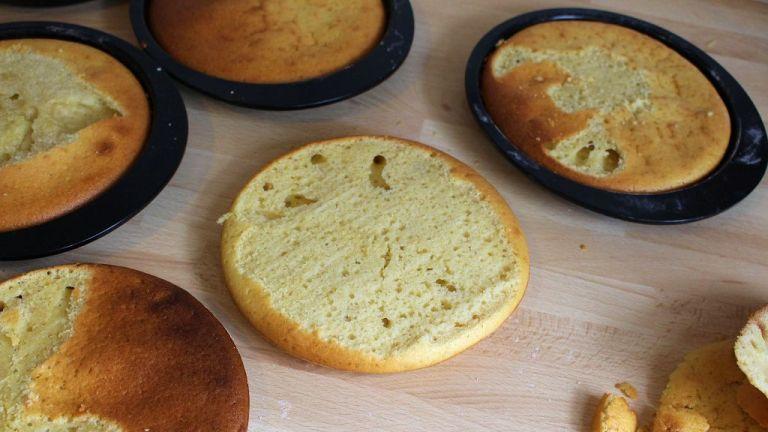 Tipp: Falls sich doch eine kleine Kuppel gebildet hat, einfach abschneiden. So ist der Kuchen später nicht schepp.