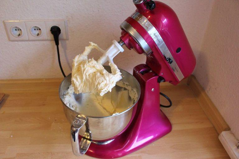 Tipp: Schlagt die Butter, bis sie richtig weiß und fluffig ist. Es macht DEN Unterschied. Wer eine Kitchenaid hat, greift bitte zu dem Aufsatz mit Silikonschaber - genial!