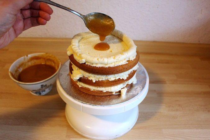 Tipp: Der Ring aus Creme verhindert, dass beim Schneiden das Püree heraus quillt.