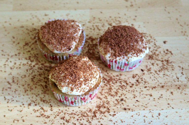 Eine leckere Alternative zu Streuseln ist es, Schokolade mit einer feinen Raspel über die Creme zu raspeln.