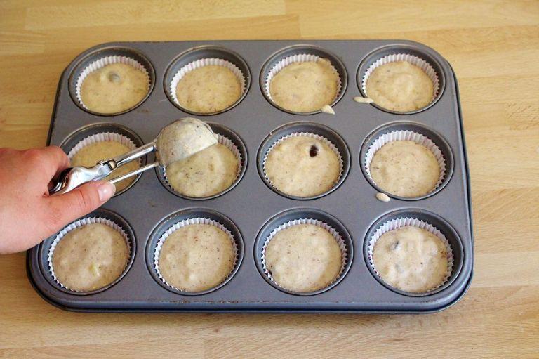 Muffingröße: Ihr seht, in einem Standard-Blech kommen die Muffinförmchen nicht einmal oben an den Rand. Sie sind also relativ niedrig.