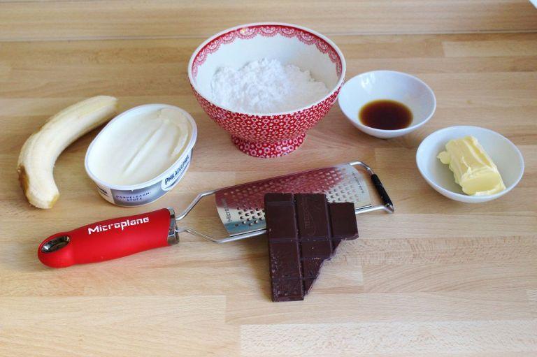 Durch den Frischkäse wird die Creme nicht so buttrig und mit einer guten Raspel wird der Schoko-Schnee hauchzart.