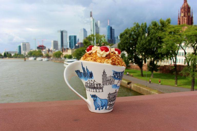 Skyline-Verliebt: Frankfurter Kranz in der Frankfurter Tasse vor der Frankfurter Skyline.