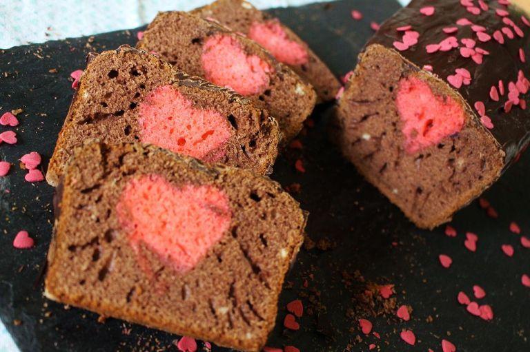 Wie ihr seht, ist das Herz bei mir im Kuchen vor allem in der Mitte nach oben gewandert, weil der Kuchen aufgeht.
