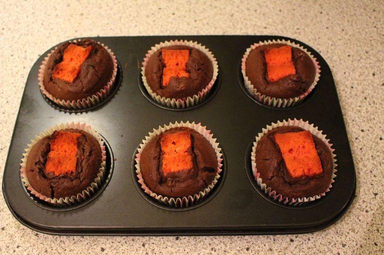 Tipp: Richtet die Cupcakes alle gleich aus, denn wenn sobald ihr sie mit Sahne dekoriert habt, wisst ihr nicht mehr wie ihr sie anschneiden müsst, damit man das Herz sieht.