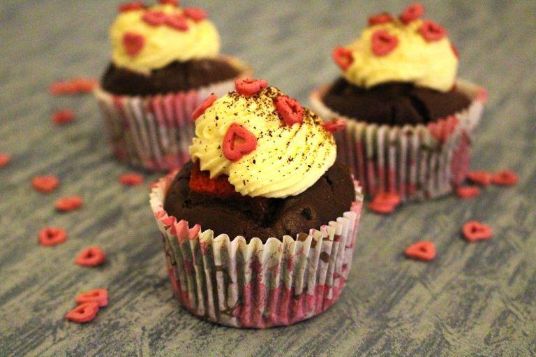 """Tipp: Damit man den Cupcake an der richtigen Stelle anschneidet, habe ich mir mit der Ausrichtung des obersten Zuckerherz markiert, wo """"vorne"""" ist beim Cupcake."""