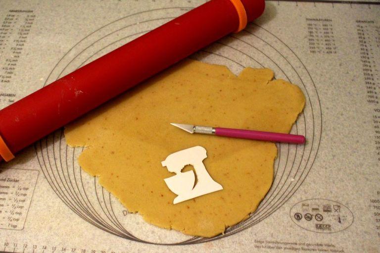 Ein Food-Cutter ist eine große Hilfe, aber nicht zwingend nötig. Ein normales Messer tut es auch. Vorsicht aber - legt euch ein Brettchen unter!
