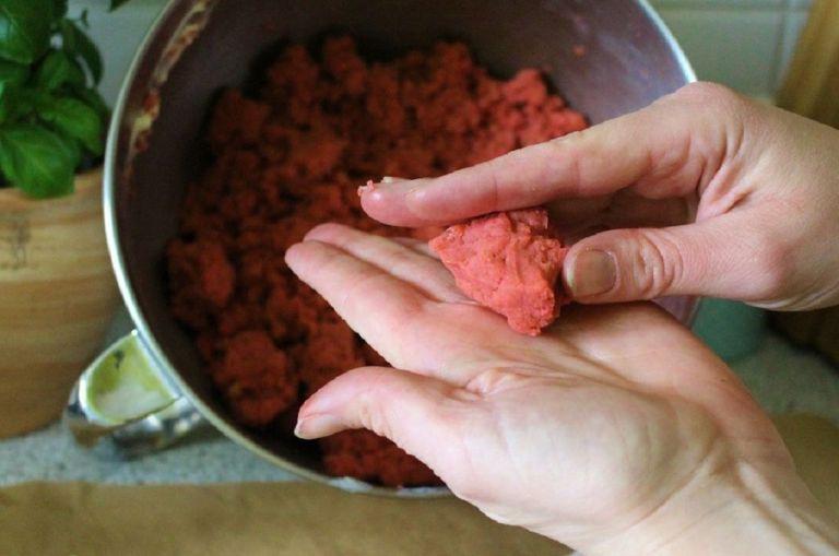 Hat der Teig das richtige Verhältnis Kuchen und Feuchtigkeit und hat ein wenig Zeit zum Ziehen gehabt, lässt es sich gut rollen.