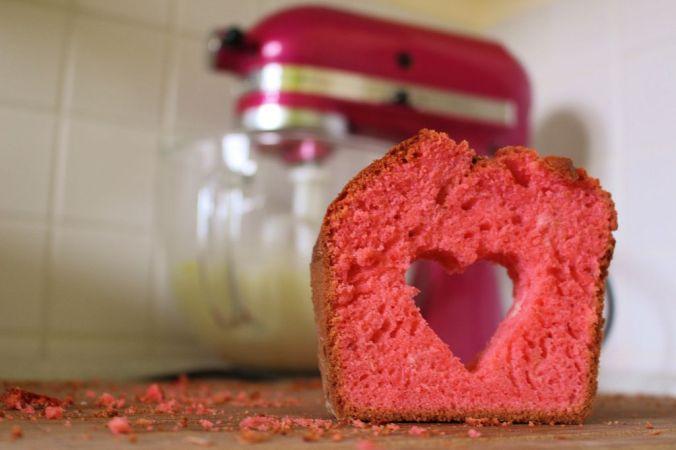Meine Cake Pops hier sind übrigens rot, weil sie aus den Resten dieses Kuchens sind.