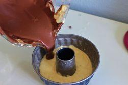 Da der Kakao den Teig austrocknet, braucht er nochmal extra Milch.