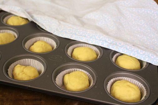 Den Teig in Förmchen füllen. Denkt daran, die Papierförmchen in ein Muffinblech zu stellen.