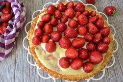 Der Vanillepudding macht den Kuchen noch aromatischer - außerdem kleben damit die Erdbeeren hervorragend. Natürlich könnt ihr auch ein Pudding-Pulver Päckchen nehmen...leider ist da meist keien echte Vanille drin.