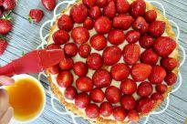 Die Aprikosenmarmelade lässt sich einfacher verstreichen, wenn sie erwärmt wurde.