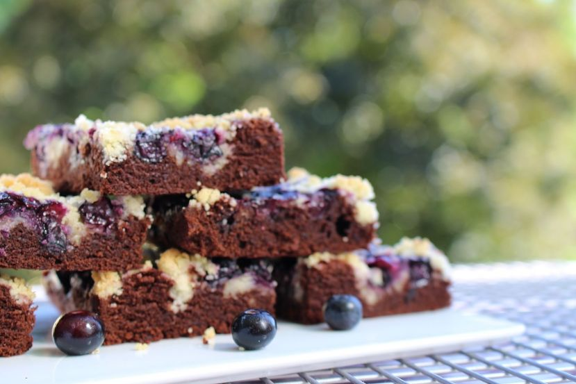 Blaubeer-Streusel Brownies